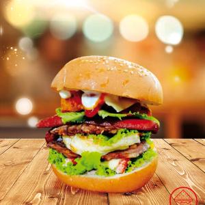 Thử ngay burger tôm gà xúc xích phô mai ngon tuyệt diệu